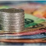 primo piano banconote e monete euro